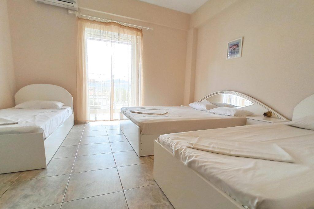 Dafni's Dolphins House Quadruple Rooms www.dafnisdolphinshouse.gr Vrasna Beach