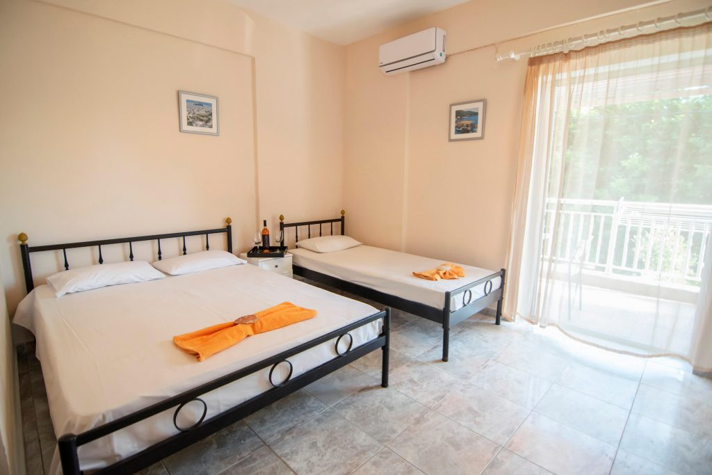 Dafni's Dolphins House Triple Rooms www.dafnisdolphinshouse.gr Vrasna Beach